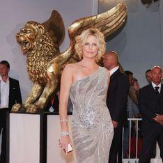Charlize Theron sublime en Versace