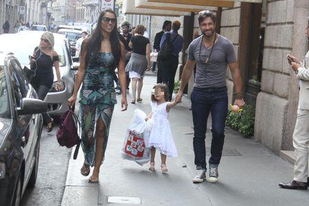 Juliana Moreira ed Edoardo Stoppa insieme alla piccola Lua Sophie