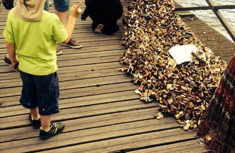 Les cadenas de l'amour font s'effondrer une grille du pont des Arts à Paris