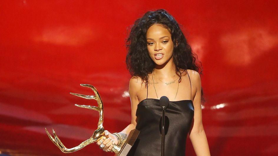 """Rihanna : Son look glamour pour recevoir le prix de """"la femme la plus désirable"""""""
