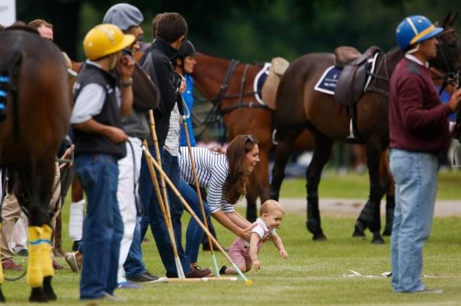 Kate assiste a una partita di polo insieme al piccolo George