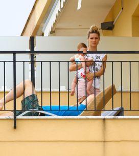 Michelle in vacanza con Tomaso e la piccola Sole. Le immagini della coppia innam