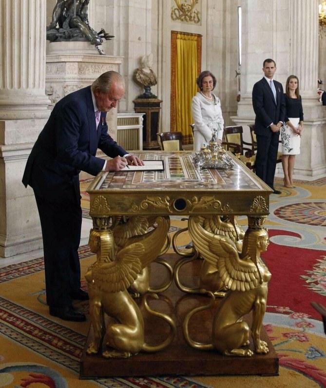 Don Juan Carlos firmando su abdicación