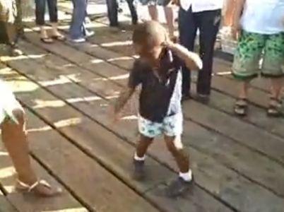 À 3 ans, il imite Michael Jackson