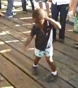 L'incroyable performance d'un bébé qui se déhanche sur un tube de Michael Jackso