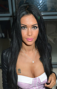 Nabilla honteuse de son laché de sein à Cannes