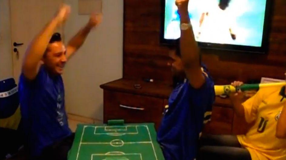Ce Brésilien a trouvé le moyen de faire vivre à son ami aveugle et sourd les matchs de foot comme s'il y était (Vidéo)
