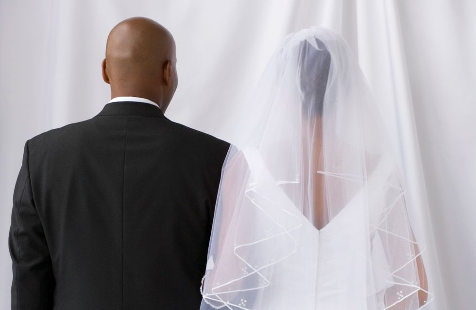 Il reçoit une épouse en cadeau, les associations féministes se déchaînent