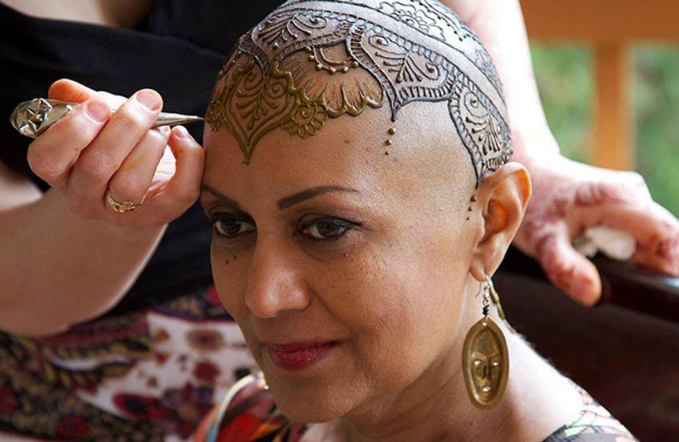 Kankerpatiënten laten hun hoofd versieren met henna