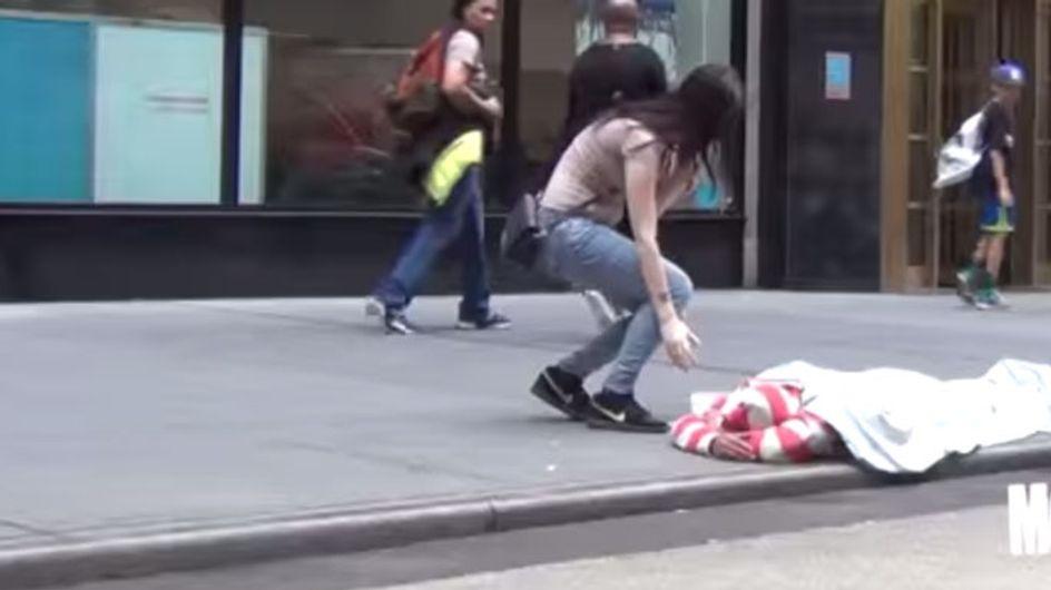 Hier wird einem Obdachlosen am helllichten Tag Geld gestohlen. Wie hättest du reagiert?
