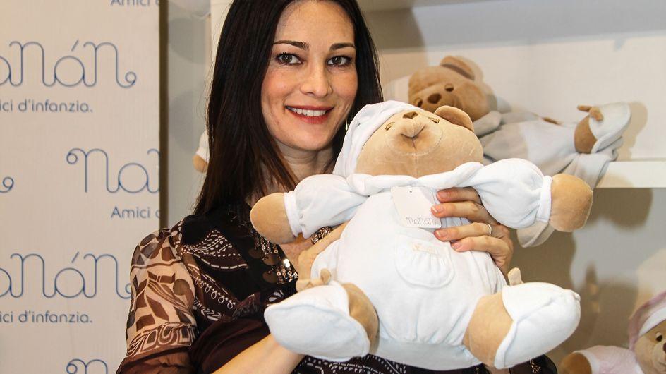Manuela Arcuri in versione mamma. La prima uscita ufficiale dell'attrice dopo il parto!