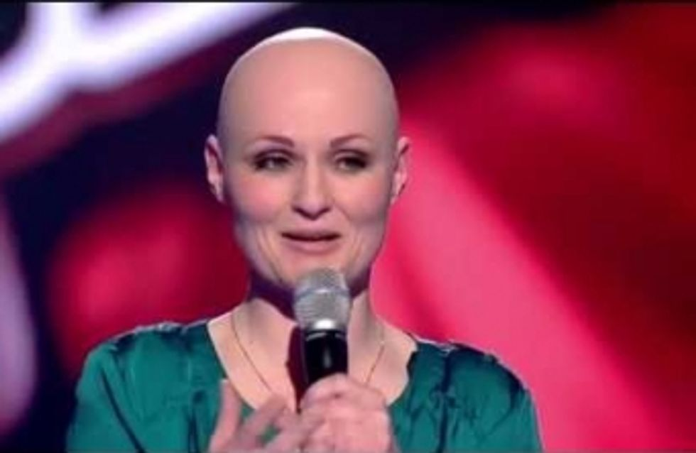 Elle souffre d'alopécie et met le feu au plateau de The Voice UK (Vidéo)