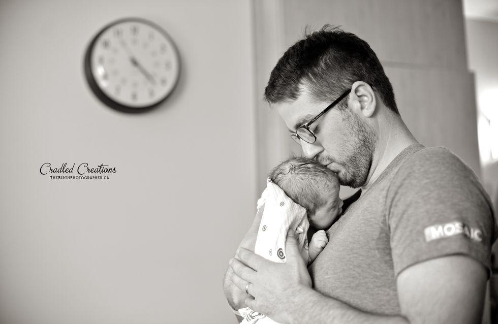Devenir père : Les touchantes photos du premier contact de papas avec leur bébé