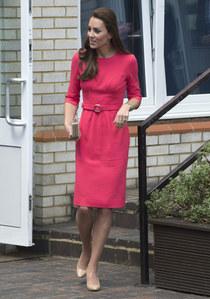 Kate Middleton con l'eccentrico abito fucsia