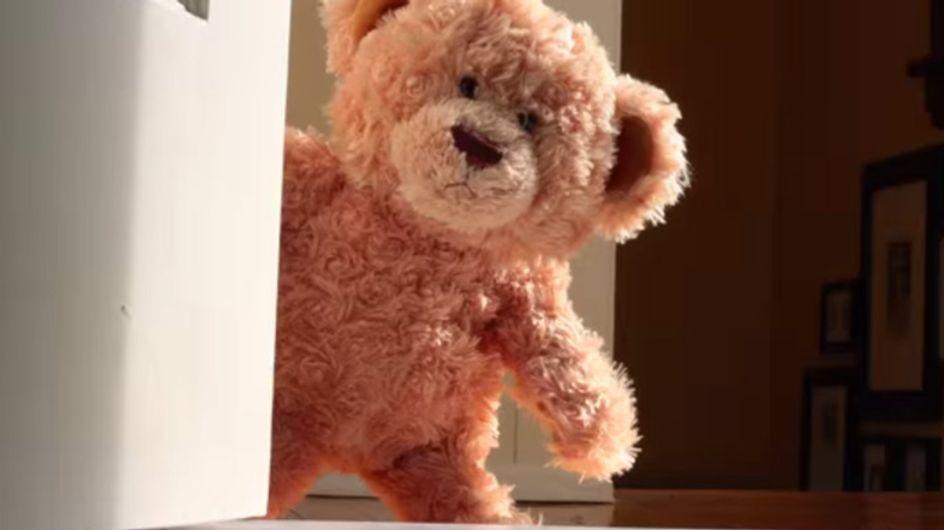 Dieser Teddy wartet sehnsüchtig auf seinen neuen besten Freund. Ihr kommt nie darauf, wer das ist ...