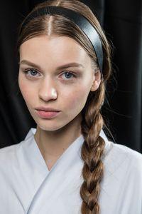 Geflochtener Zopf mit Haarband