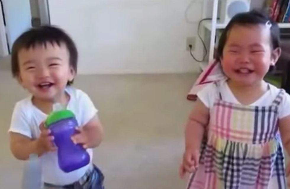 Dieses Geschwisterpärchen lacht so ansteckend, dass man einfach mitlachen muss!