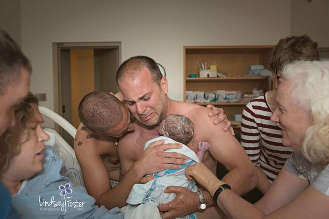 Los dos papás con su hijo recién nacido, Milo.