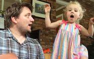 Dieses kleine Mädchen singt sich die Seele aus dem Leib - und Papa ist sooo stol