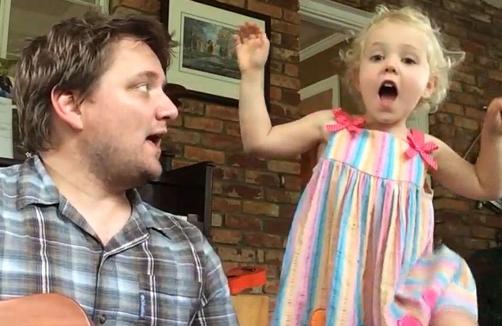 Dieses kleine Mädchen singt sich die Seele aus dem Leib - und Papa ist sooo stolz!