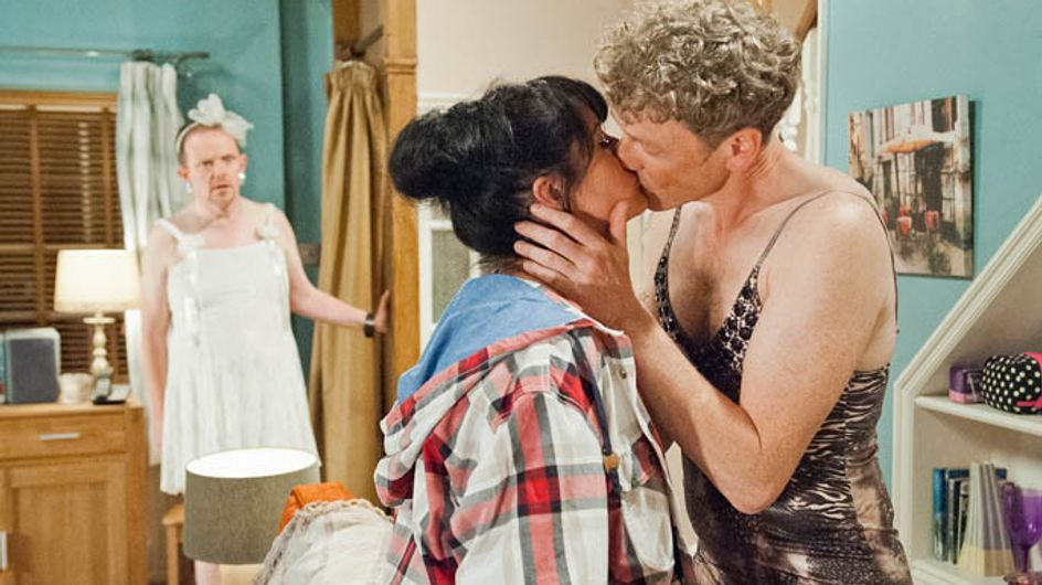 Emmerdale 21/07 – Kerry allows Daz to console her