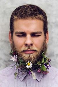 Flores en la barba, ¿en serio?