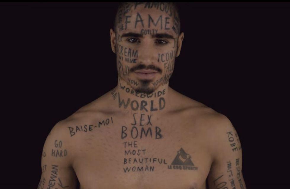 Pour devenir célèbre, un mannequin se tatoue des mots au hasard sur le corps et le visage (Vidéo)