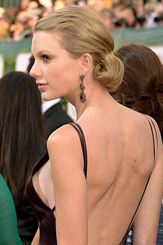 Taylor Swift Golden Globes boob