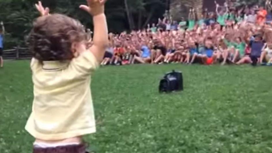 Der Entertainer von morgen! Gerade erst 15 Monate alt, aber das Publikum liegt ihm schon zu Füßen