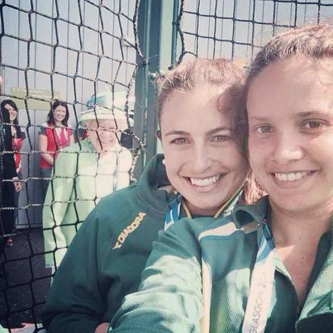 La Reine s'incruste sur un selfie