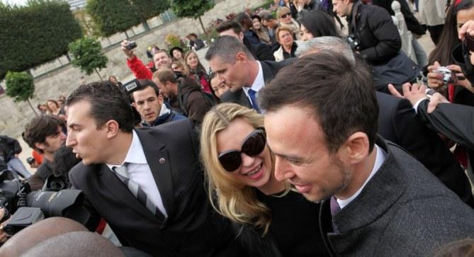 Photos : Kate Moss assaillie par les paparazzis au défilé Dior