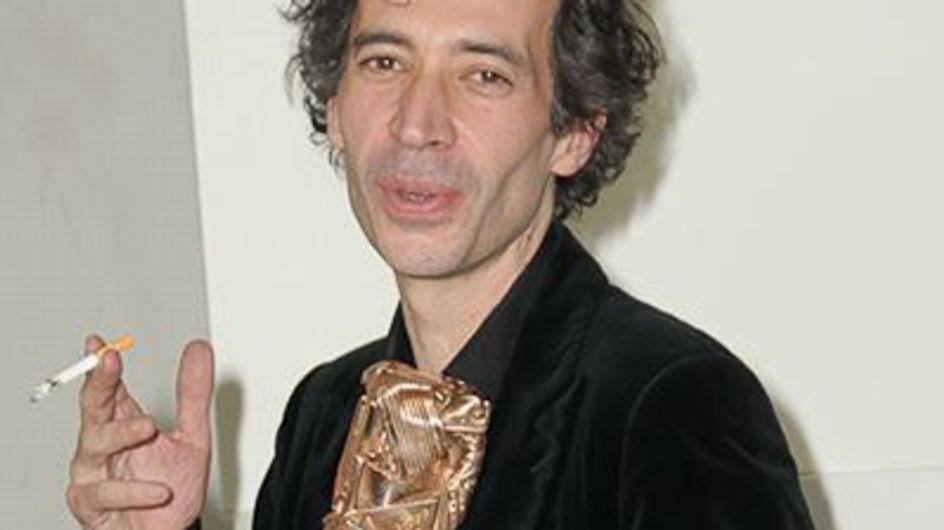 Eric Elmosnino brûle un billet comme Serge Gainsbourg