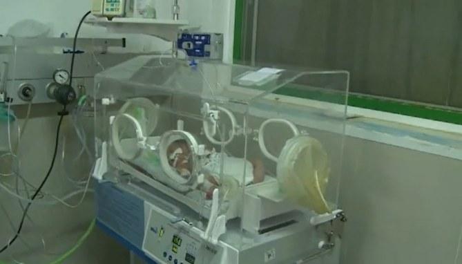 Ce bébé survit miraculeusement à un bombardement et au décès de sa maman