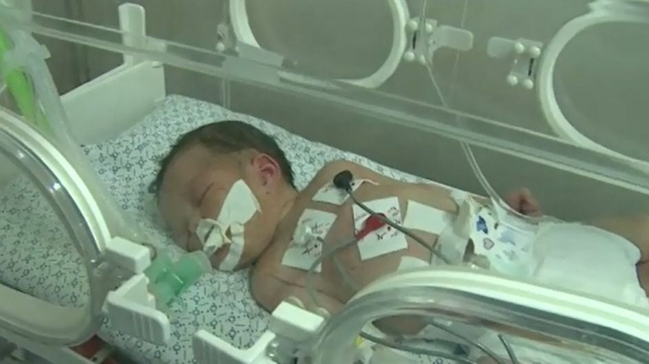Un bebé sobrevive a un bombardeo en Gaza y a la muerte de su madre