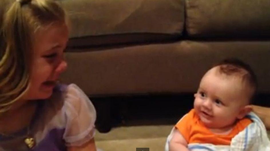Als dieses Mädchen erfährt, was bald mit seinem Bruder passieren wird, bekommt es einen Heulkrampf
