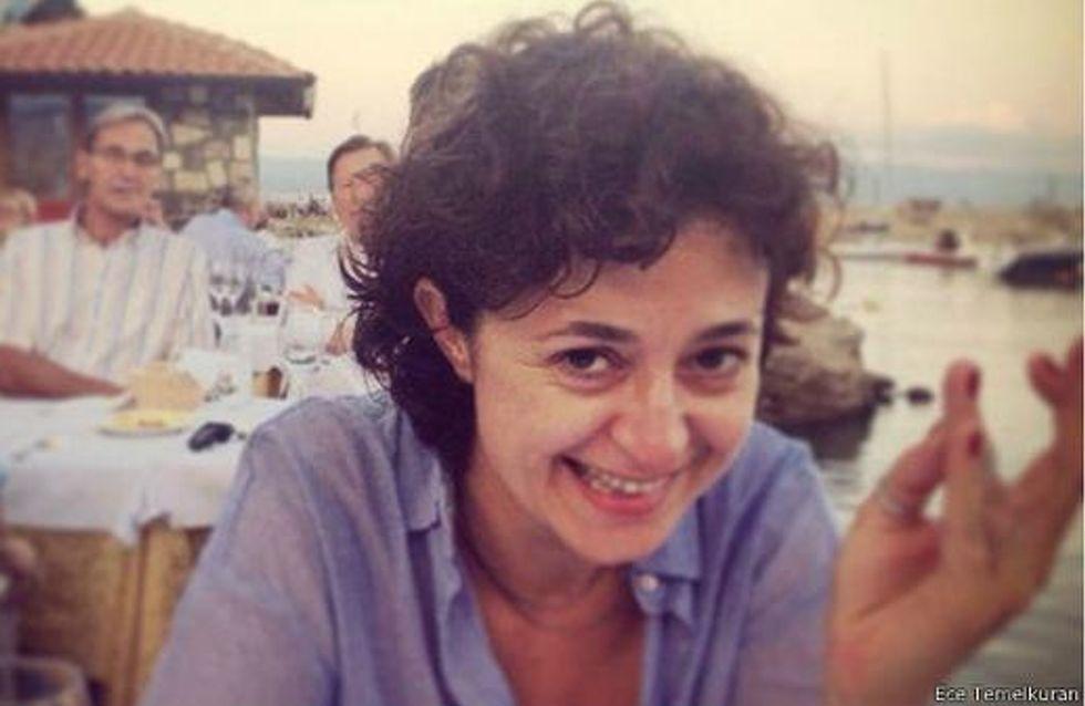 Las mujeres turcas sonríen como protesta a las declaraciones machistas del Gobierno