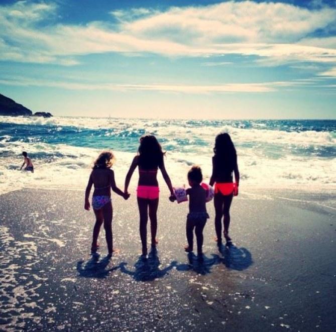 La fille d'Alizée à la plage avec ses copines