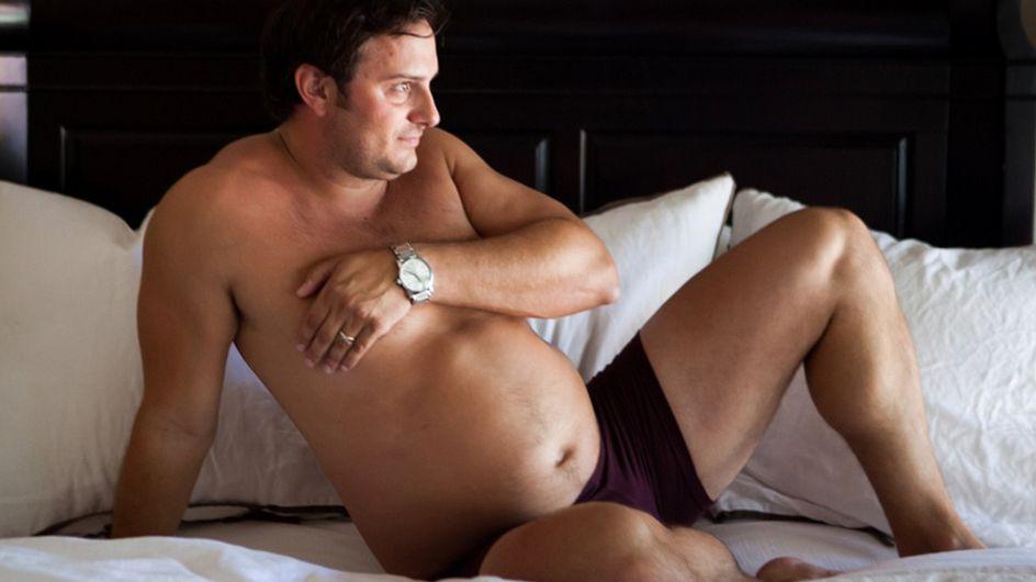 Seine schwangere Frau hat keine Lust auf Fotos ... Deshalb hält dieser Mann einfach stolz seinen Bauch in die Kamera!