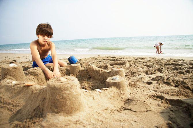 Deux enfants à la plage