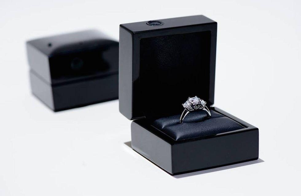 Un écrin pour bague de fiançailles qui filme la réaction de la future-fiancée