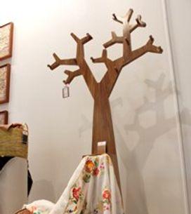 Albero-appendiabiti in legno riciclato