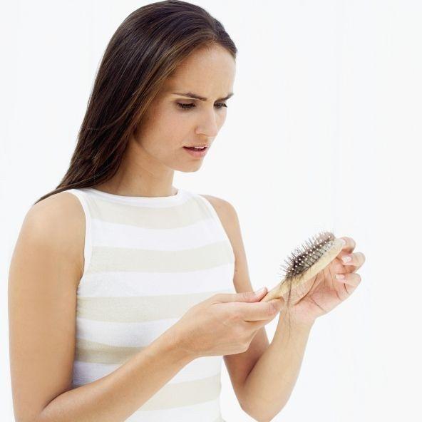 Caduta dei capelli nelle donne  cause e rimedi efficaci 8cfb0c8087e7
