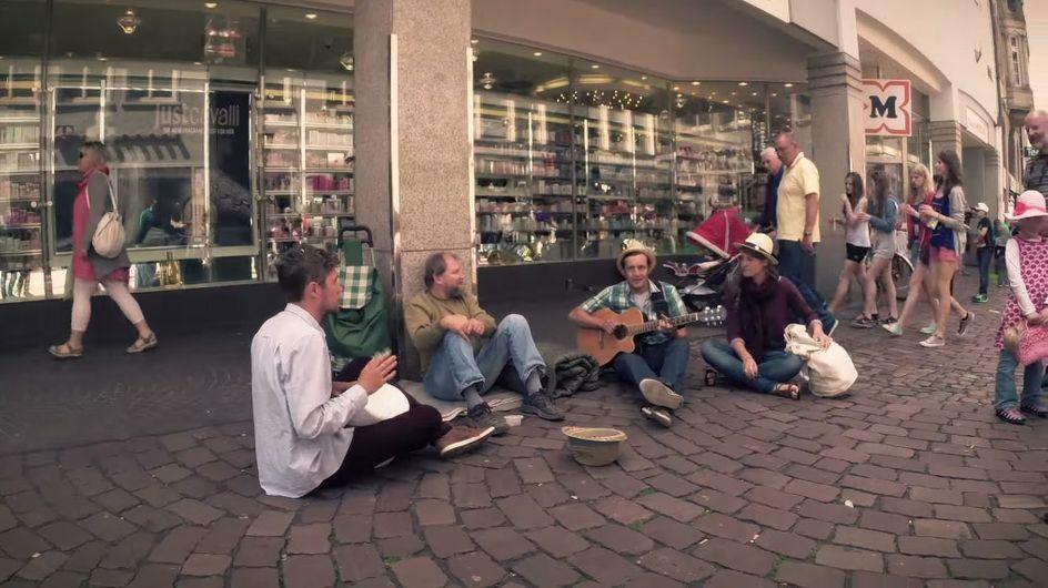 Un vídeo esperanzador: la improvisada canción que sorprendió a un mendigo