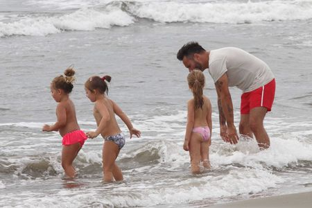 Nek gioca in riva al mare con la figlia e le amichette