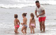 Nek al mare in versione papà, tra baby sitting e beach volley. Guarda le immagin