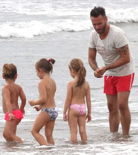 Nek al mare in versione papà, tra baby sitting e beach volley. Guarda le immagin