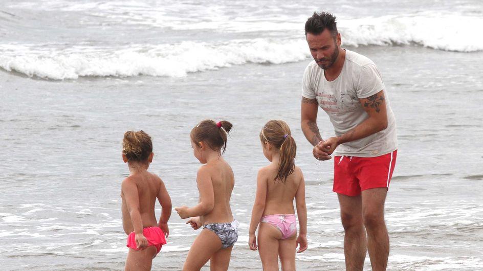 Nek al mare in versione papà, tra baby sitting e beach volley. Guarda le immagini!