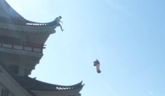 Acrobazie di due ragazze giapponesi