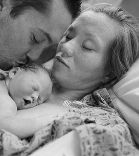 Unos padres hacen una sesión de fotos a su hijo nacido muerto