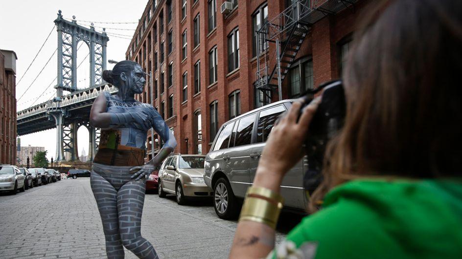 El cuerpo de la mujer se funde con el paisaje newyorkino en una artística sesión de fotos